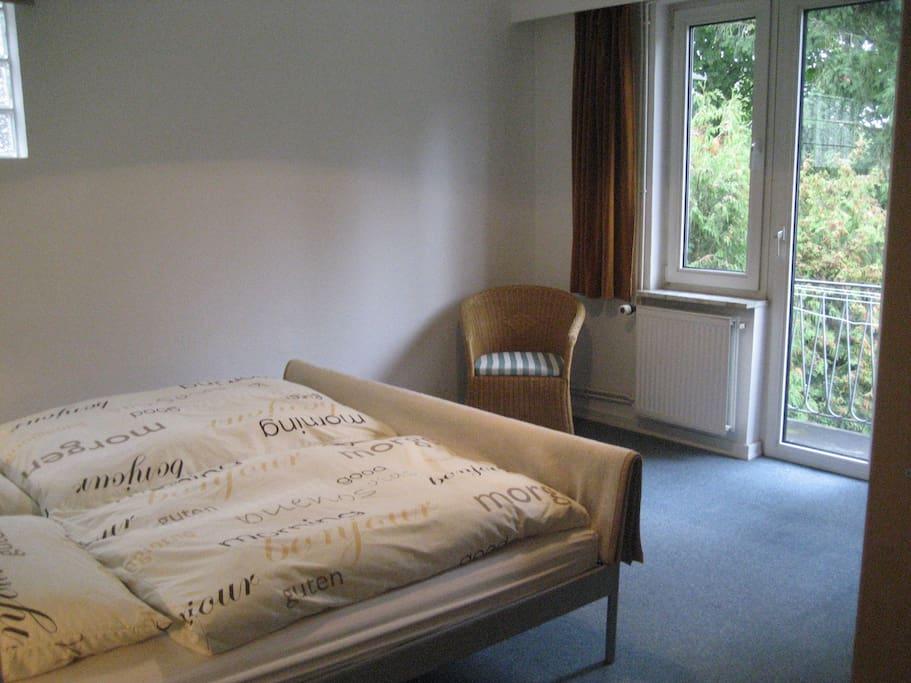 Schlafzimmer mit Blick zum hinteren Balkon