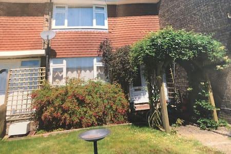3 Bedroom house great base for business visitors - Farnham - 獨棟