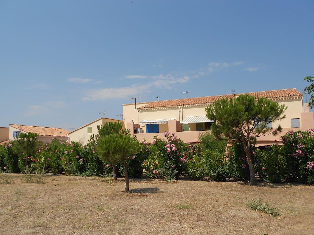 Vue du parc sur la résidence (appartement volets bleus foncés gauche)