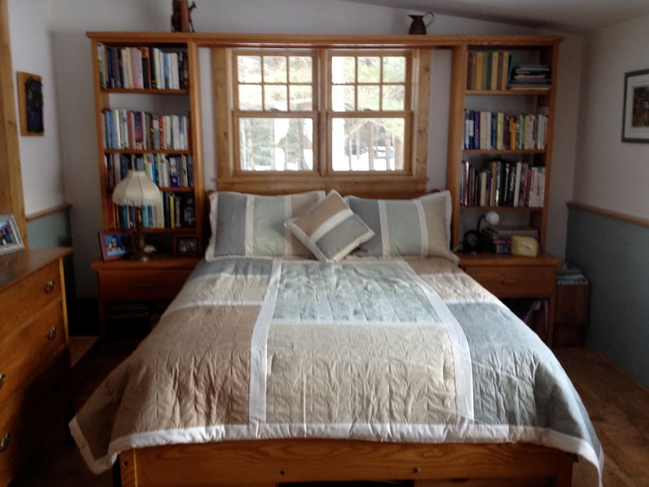 Bedroom w/queen bed
