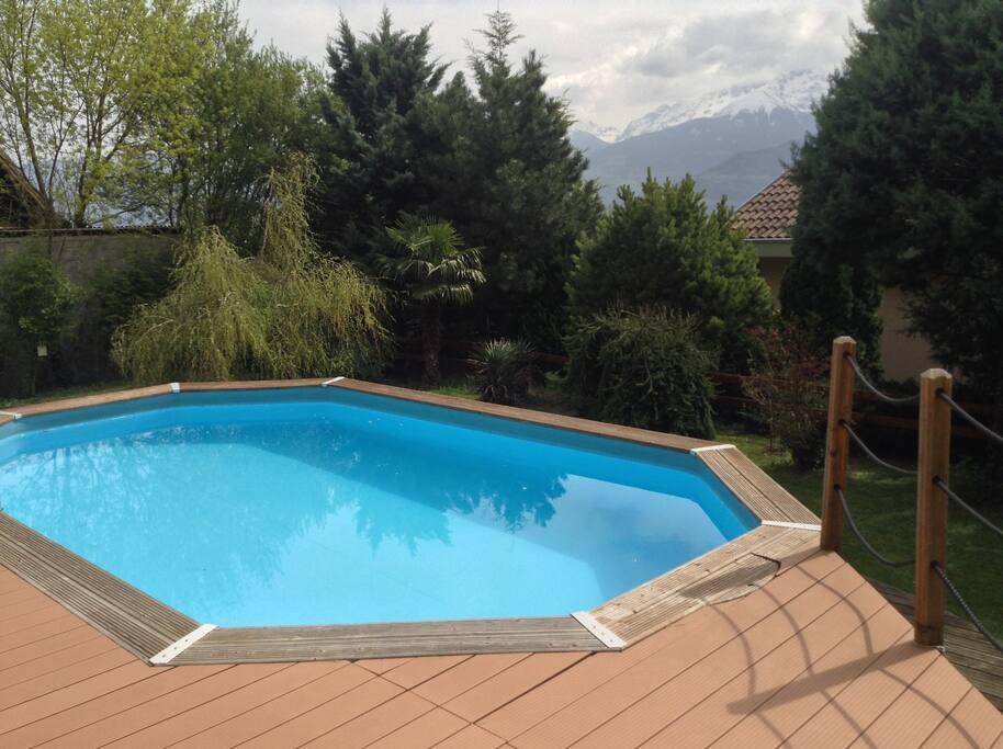 La piscine hors sol de 8 mètres vue du salon