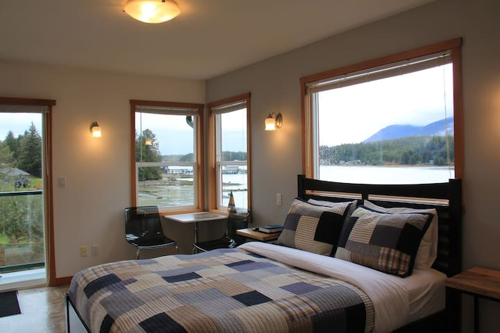 Shorething -  Private Oceanfront Room #2 - Ucluelet - Gæstehus