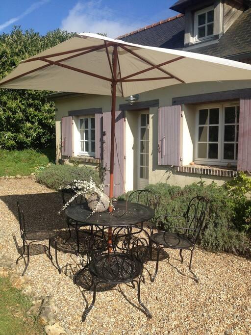 La terrasse devant la maison, table de jardin et 6 chaises