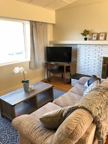 Bright & Cozy 3 Bdrm  Upper suite in house