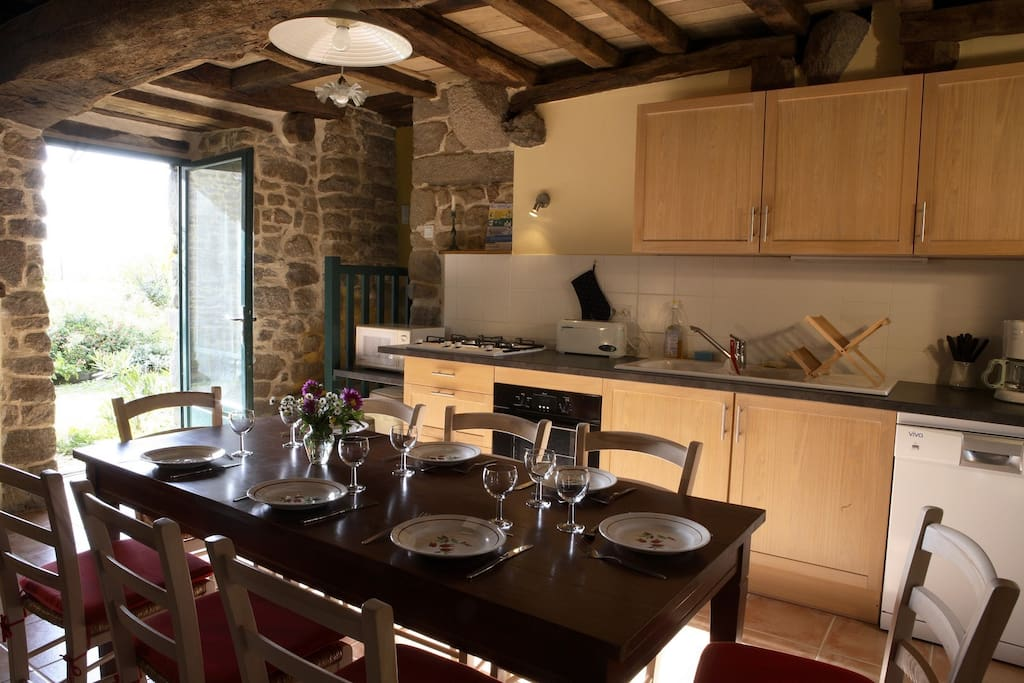 Fully equiped kitchen with a table for 8 guests.