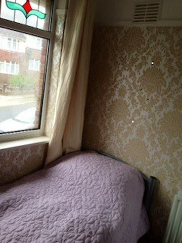 Sweet single room in friendly house