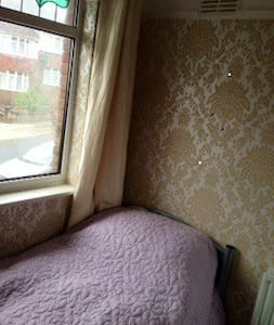 Sweet single room in friendly house - Hove - Bed & Breakfast