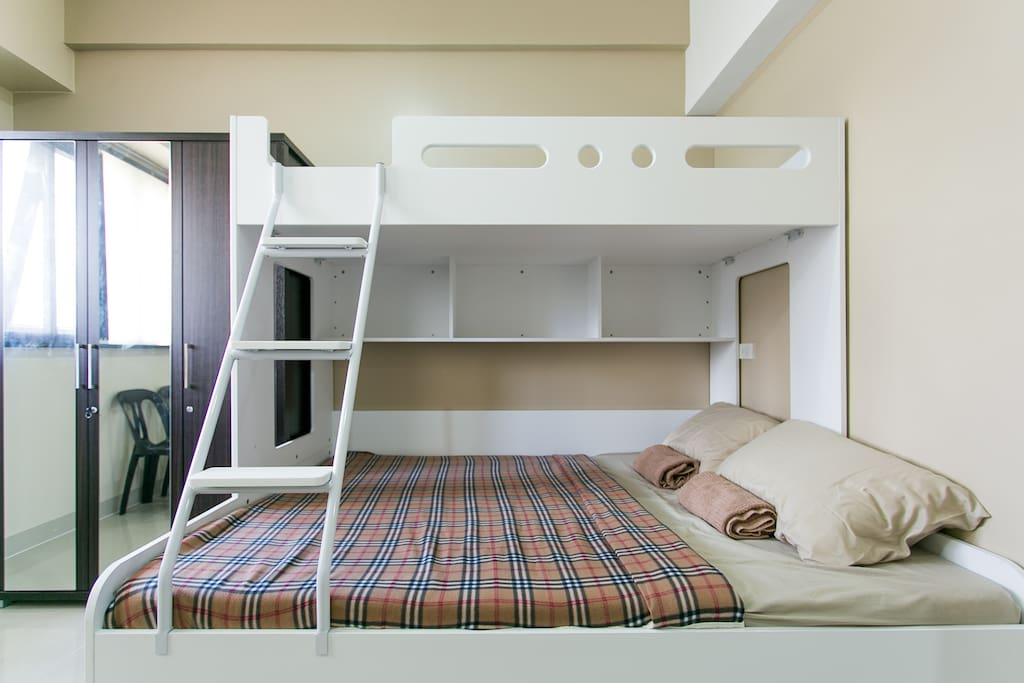 This is showing the 3 beds. A single bed (up) a queen size bed and a single trundler bed at the bottom.