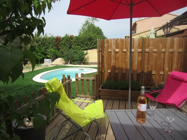 In Pertuis new studio 260 ft² with garden and pool