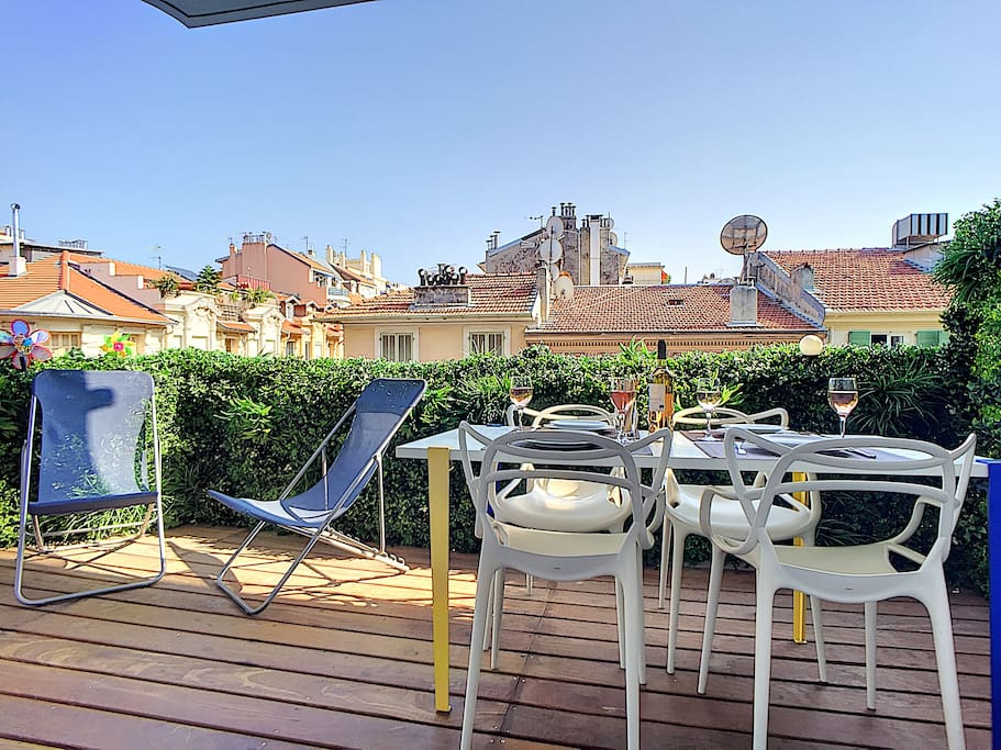 A spacious terrace where you can  have your meal with a view of Nice's roofs.