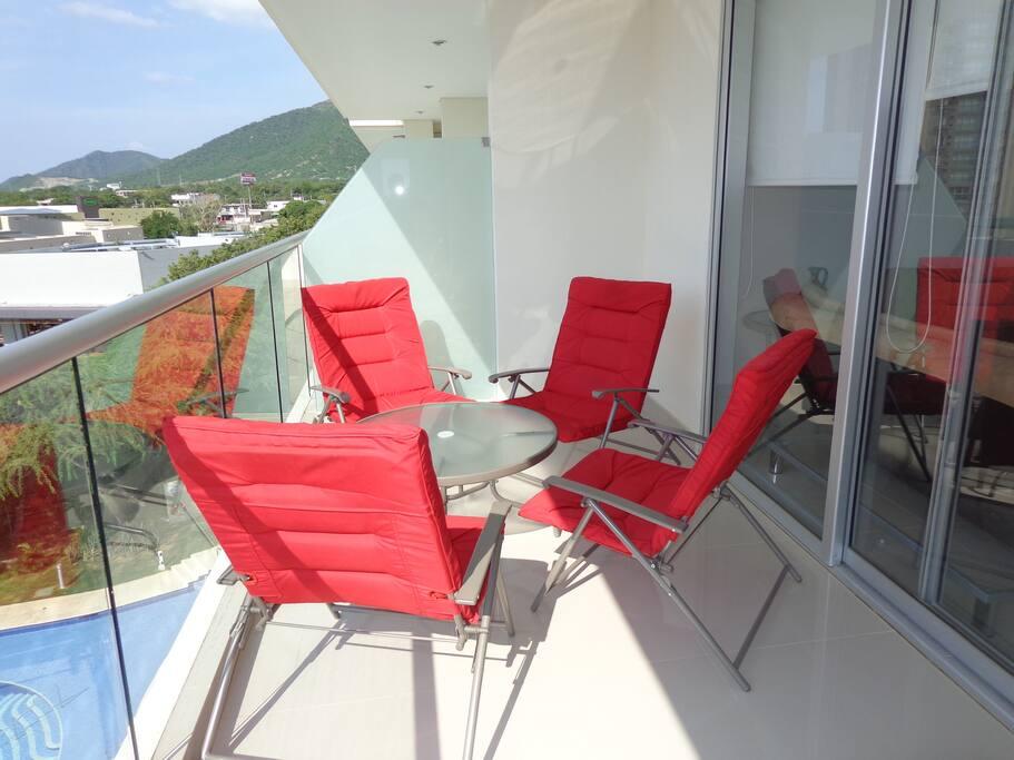 Terraza abierta con sillas plegables y mesa de centro