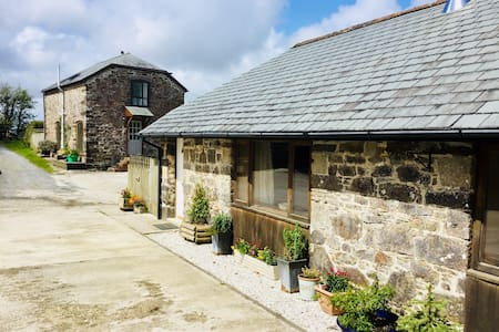 'The Stables' cosy farmyard cottage with logburner