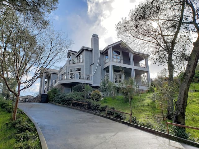 Luxury estate on 3 wooded acres, 5 mi to Stanford