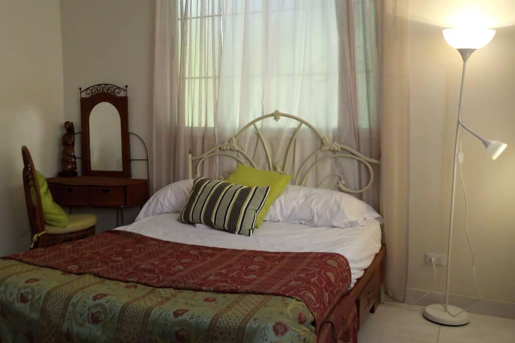 Habitación principal con aire acondicionado abanico baño privado.
