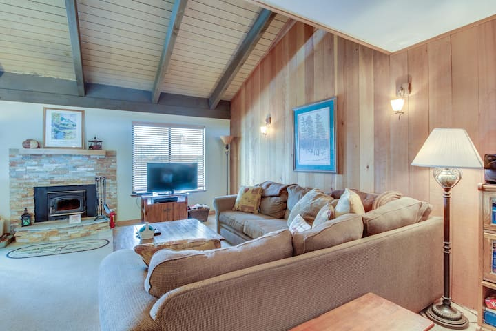Cozy getaway with loft and on-site shared hot tub, sauna, and pool!