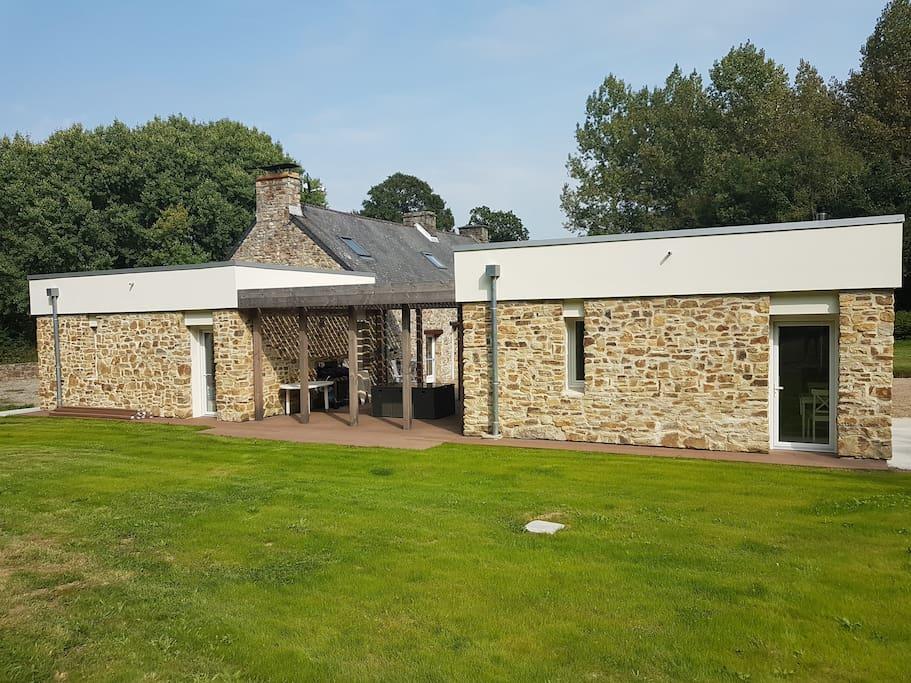Les studios avec terrasse commune, plancha et salon de jardin à disposition