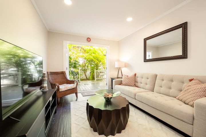 Sailor's Sanctuary - A Renovated Condo in Old Town