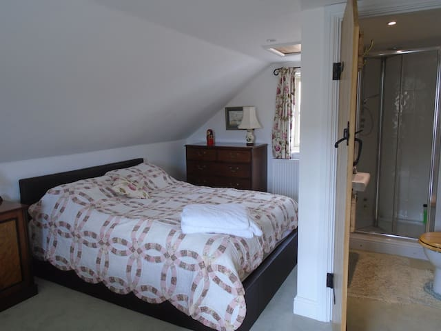 ENTIRE GUEST SUITE -CENTRAL STAMFORD WITH WIFI