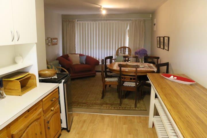 The Nosy Hound/ Die Snuffelhond Apartment/Woonstel - Vermont - Departamento