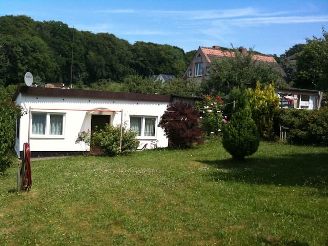 Quiet Seaside Holiday cottage with own garden - Binz - Huis