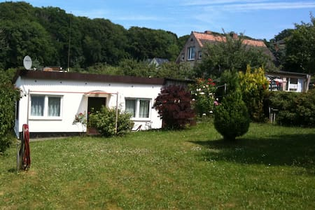 Quiet Seaside Holiday cottage with own garden - Binz