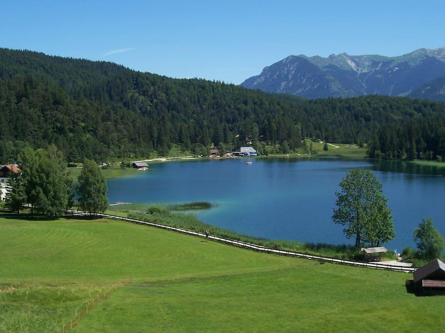 Der idyllisch gelegene Lautersee, nahe Mittenwald. Ein beliebtes Wanderziel. Klares, reines Wasser zum Baden im Sommer.