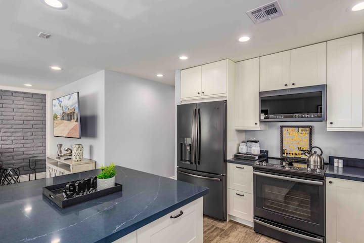 Comfy & Cozy Fully Remodeled DT PHX Modern Retreat