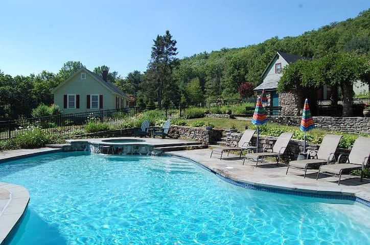 Heated Pool/spa on secluded 300 ac estate, 2 homes - Spring Glen - Hus