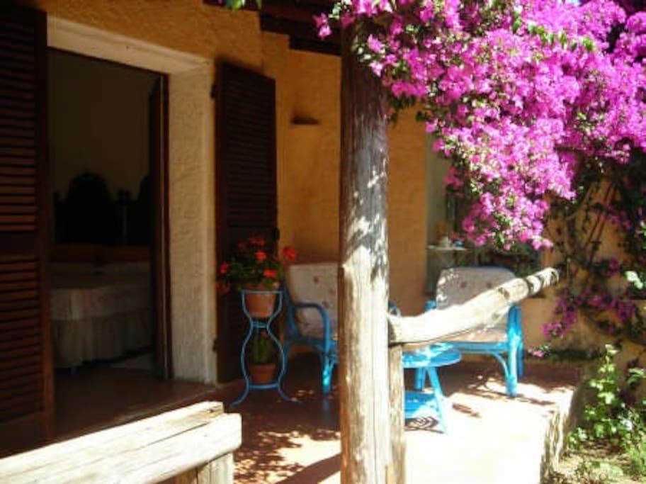 camera con patio esterno