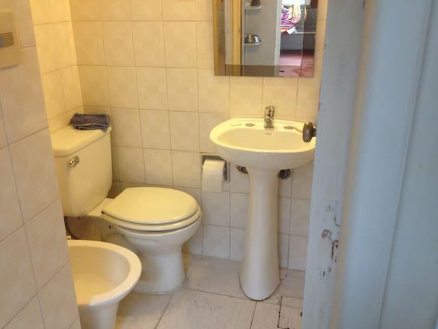 private bathroom (& shower) en suite