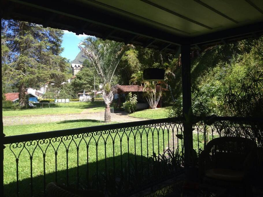 Vista de dentro da varanda para o visual do sítio