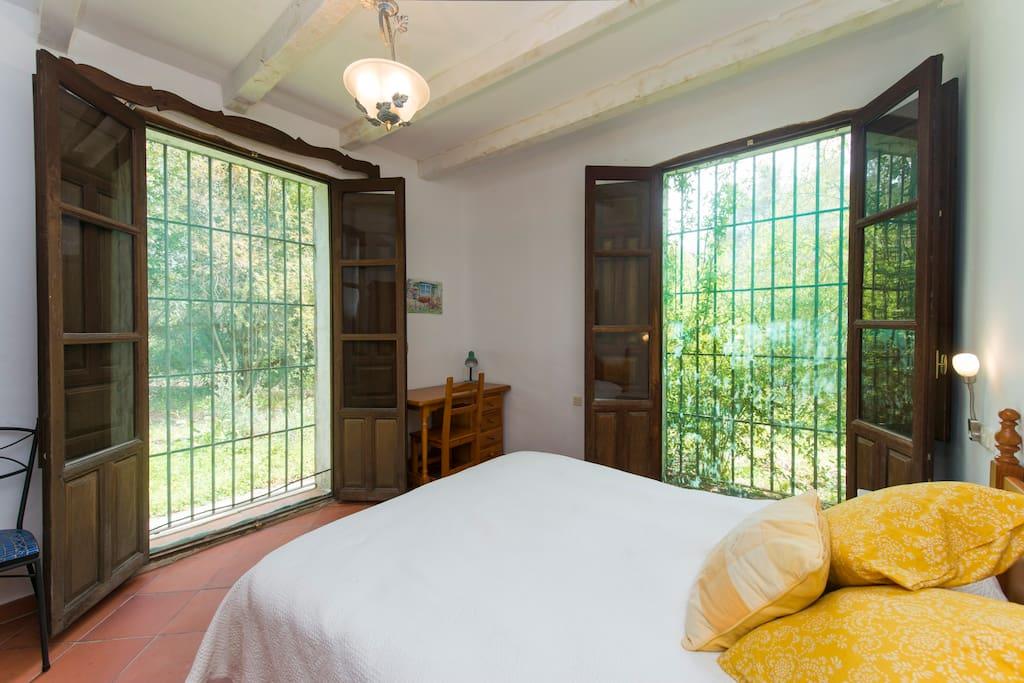 Los dos grandes ventanales, con mosquiteras y rejas, permiten disfrutar del  fresco en las noches de verano y del sol en los días soleados.
