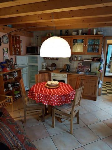 Wohnbereich unten mit Esstisch und Küche