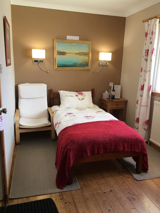 Single room En-Suite : Free Wifi : Fridge : Tea & Coffee Station : Ground Floor : Located next to guest Lounge offering Stunning sea views.