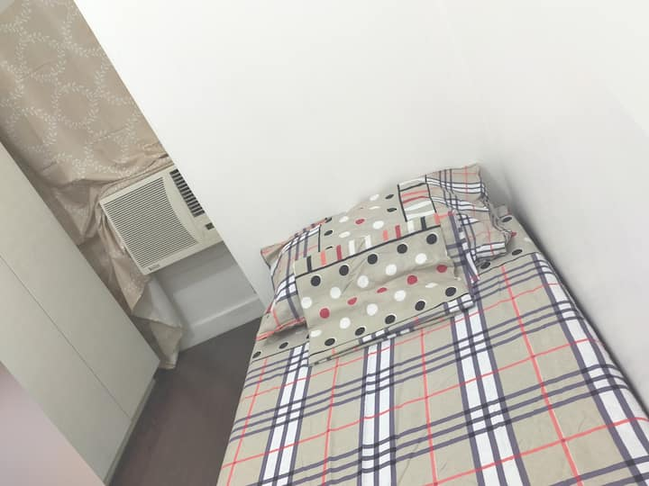 Room 4 rent w/ac good ambiance victoria de manila