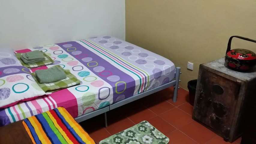 Odissi Room 1 Queen Size Bed - George Town - Bed & Breakfast