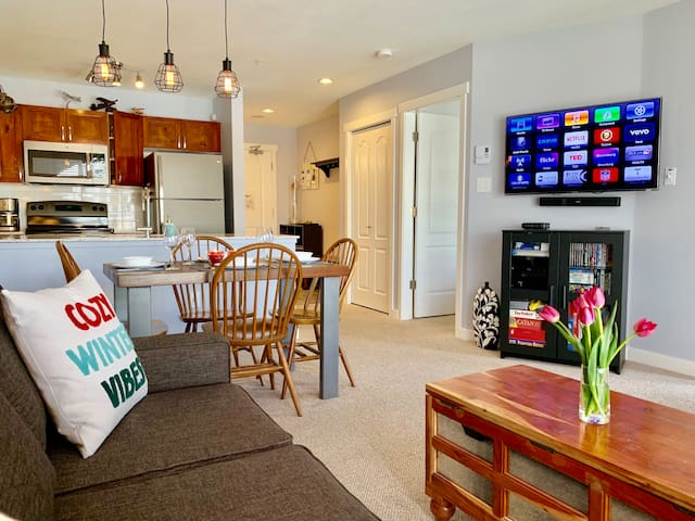 Peo, 1 bedroom Deer Lodge. Watch 3D movies on HDTV, warm up to the fire place or play board games in a spacious condo overlooking Whistler village stroll and Blackcomb mountain.