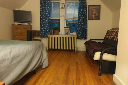 Cute Apt. 2 Blocks from Downtown - Burlington - Apartment