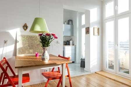 2 Rooms - Bright and central with balcony - Berlin - Lakás