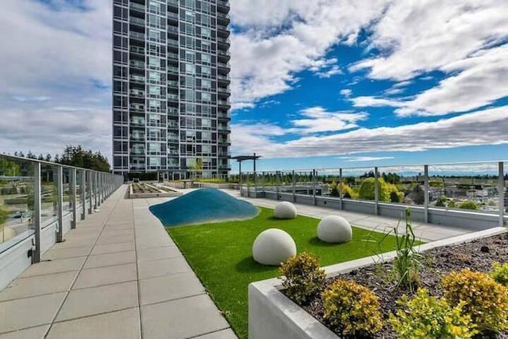 New Modern Convenient Highrise Condo View Swim Gym