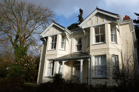 Victorian 4-bed House in village, close to beaches - Perranwell Station - 独立屋