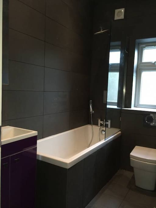 Bathroom with great water pressure, brilliant hot water, cascade shower and hand shower