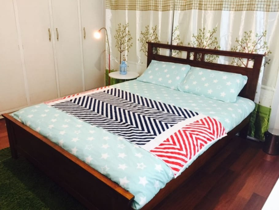 ROOM A with 1 queen bed (and 1 single bed optional)