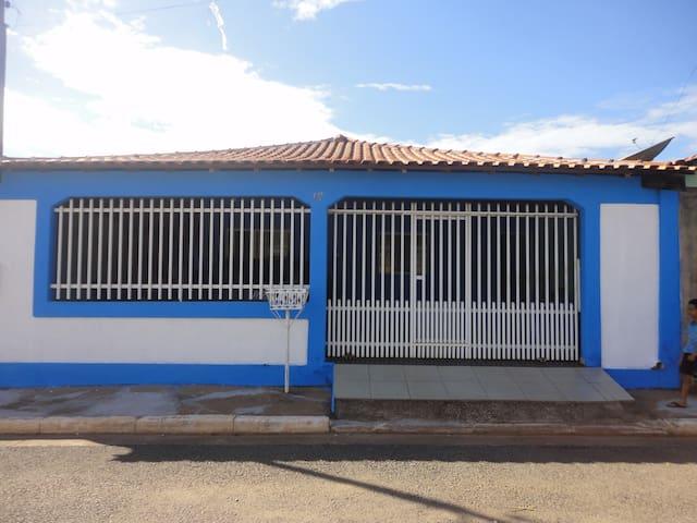 ALUGO CASA COM 2 QUARTOS EM COND. - Cuiabá - บ้าน