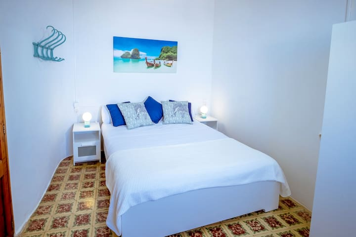 Habitación Tailandia.  Vistas al mar.  Cama doble con colchón nuevo.  Posibilidad de incorporar una cuna.