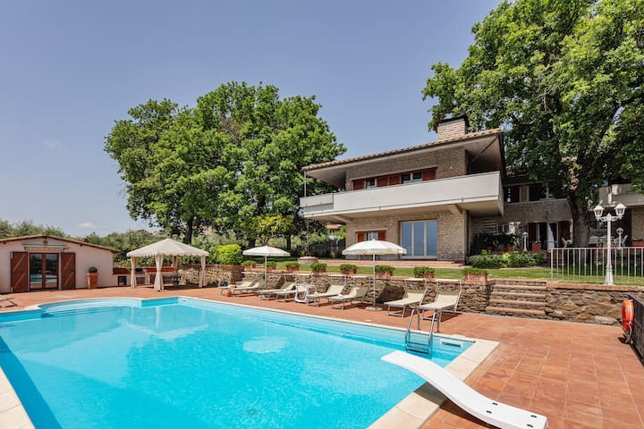 Large villa with outbuilding, private pool&garden