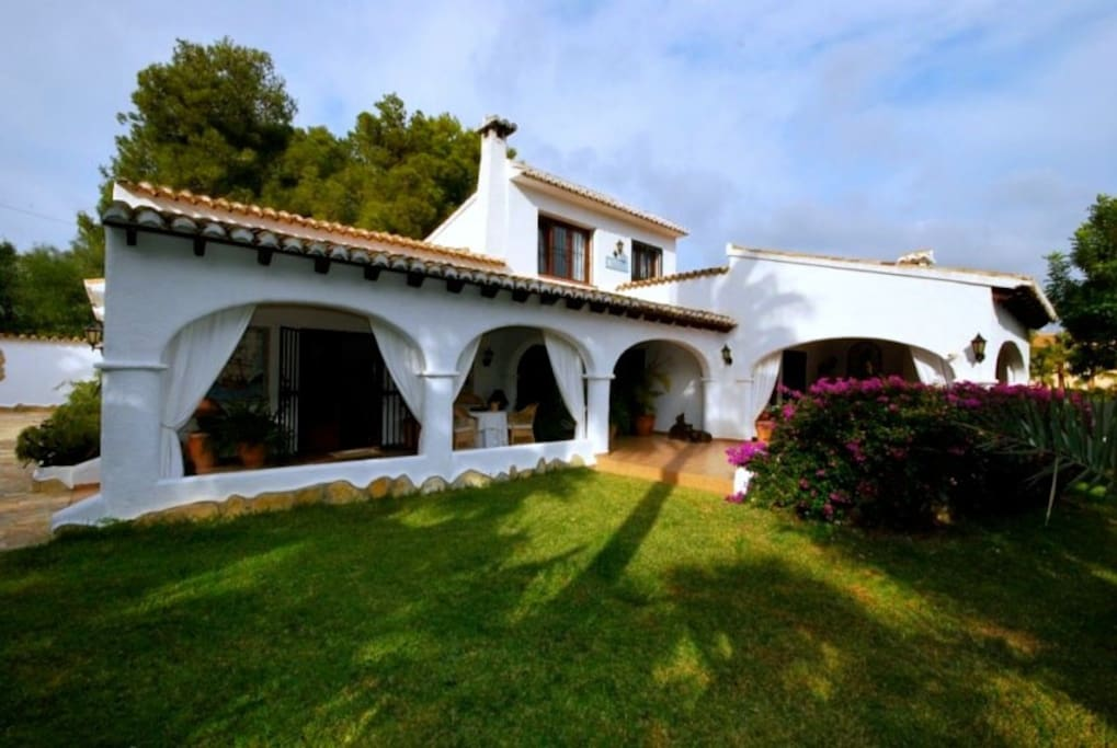 Colonial romantic style villa. Five bedrooms and 4 bathrooms (sleeps 10+2). Ideal for children and wheel chair accessible. Walking distance to the beaches and facilities.