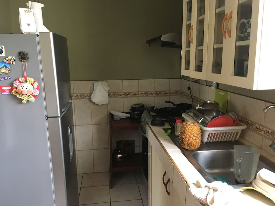 Cocina amoblada con gas natural.