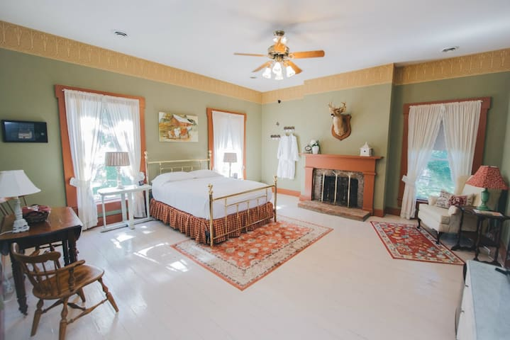 Historic, Elegant, & Luxurious Missouri Getaway! - Caledonia