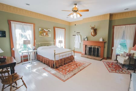 Historic, Elegant, & Luxurious Missouri Getaway! - Caledonia - Bed & Breakfast